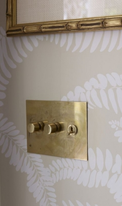 Interruptor dorado de Forbes&Lomax_foto de Francesco Lagnese via Laquered Life Blog