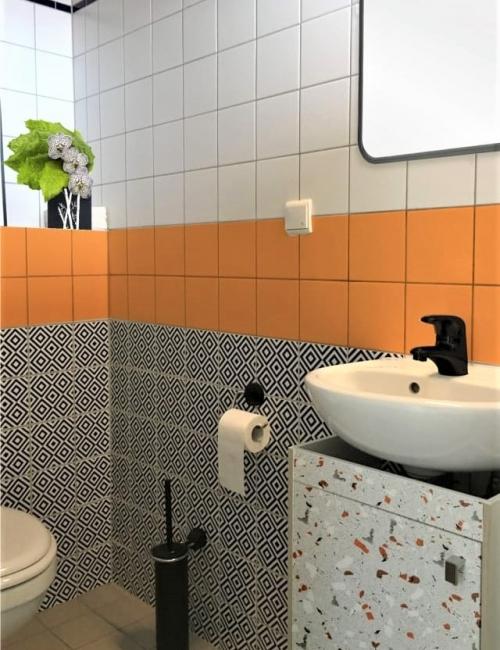 Loseta vinílica a medida sobre azulejos y frente tipo terrazo de Lokoloko en mueble_por Daniele Federico Melilli de Stag Pads para apartmenttherapy.com