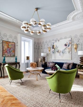 Molduras en techo+lámpara protagonista+paredes empapeladas - de Beatriz Bálgoma para Casa Decor'18