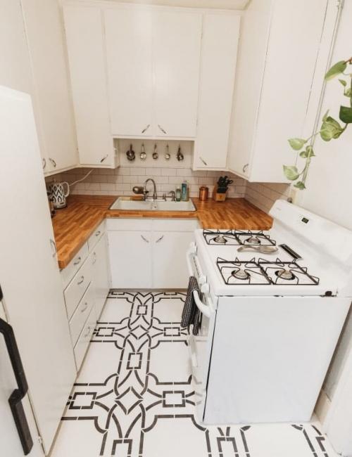 Cocina con suelo, salpicadero y mesado de vinilos adhesivos_de Emilie Hebert para apartmenttherapy.com_foto de Wild Bliss Photography