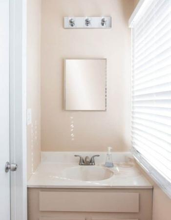 el 'ANTES' de un baño_por Diana Paulson para apartmenttherapy.com
