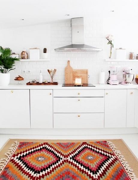 Alfombra kilim en cocina_ via sfgirlbybay.com