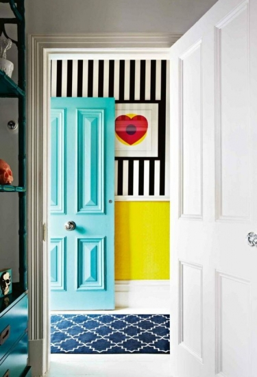 Recibidor ultracolorido mediante juego visual de puerta+papel pintado+ilustración_via Archizine